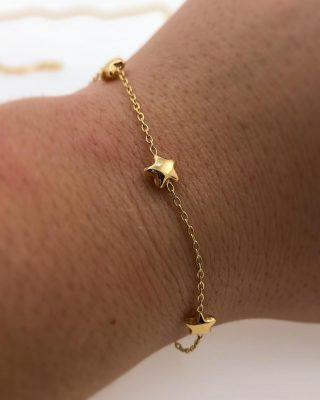 ???? Känner du någon som älskar stjärnor? Det gör vi! Karina som arbetat i butiken i 38 år står ofta ute & beundrar stjärnorna när de träder fram ⭐️ Detta fina armband, i 18 karats rödguld kan kanske bli en perfekt julklapp?????Armbandet har ett pris på 1485,- ✨