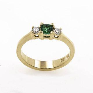 Trestensring med 1 0.28 ct smaragd 2 x 0.10 ct diamanter OWNdesign https://www.guldsmednilsson.se/produkt/trestens-ring-1-smaragd-0-28ct-2-x-0-10ct-diamant/