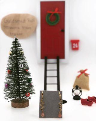 Äntligen går vi in i december och en Nisse har flyttat in i butiken! Han är här för att hjälpa oss tipsa om julklappar fram till julafton!   Idag tipsar nissen ett par örhängen från @izabelcamille_official för 795,- ✨  Vi i butiken vill även passa på att önska alla en säker julshopping, därför erbjuder vi att leverera era smycken både utanför butiken & genom att skicka hem dem till er. Givetvis slår vi in det till en fin julklapp kostnadsfritt! ????